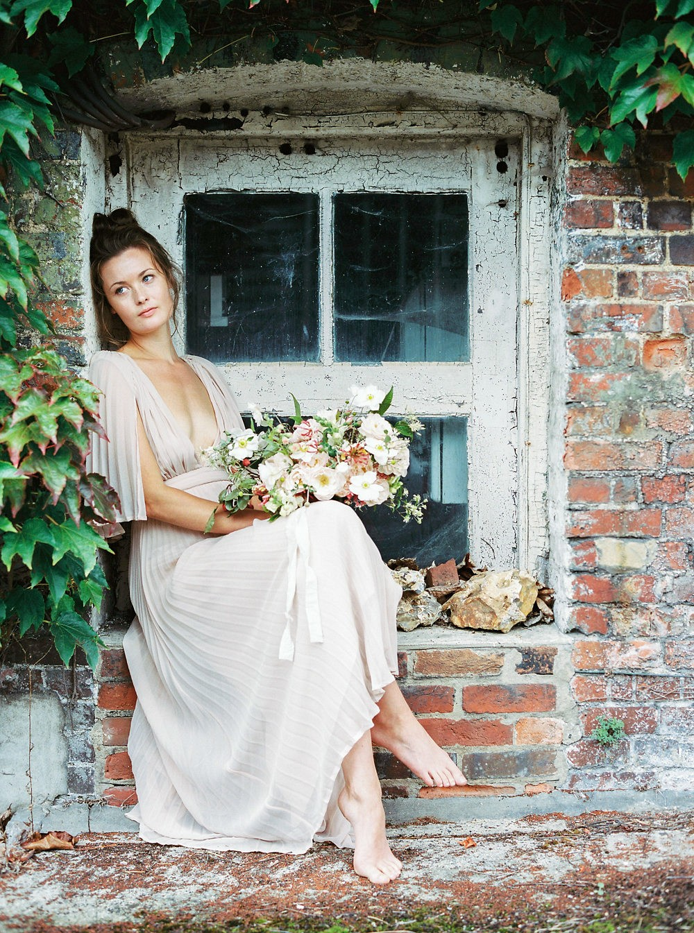 English Countryside cottage and foraged florals | Wedding Sparrow fine art wedding blog