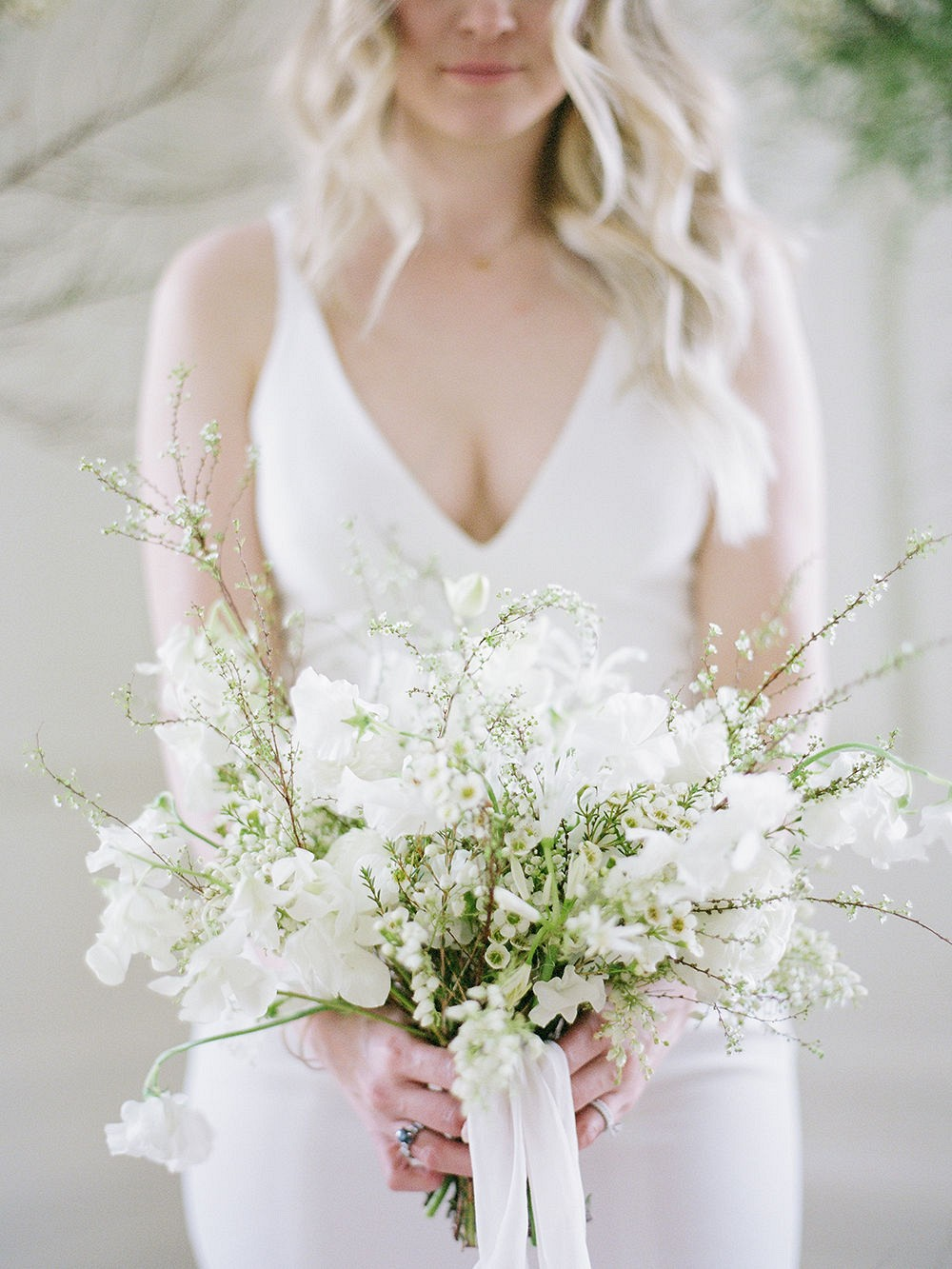 White minimal bridal bouquet