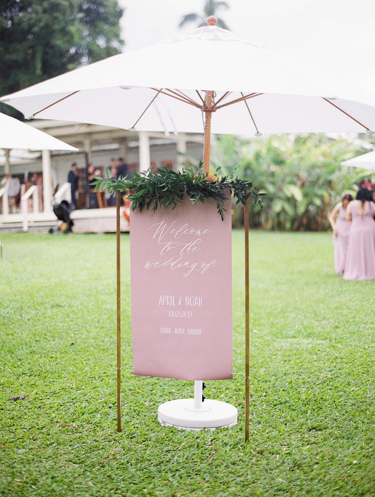 Not Even Rain Could Stop this Hawaii Wedding From Looking Beautiful!