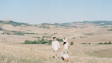 ROMANTIC SUNSET ENGAGEMENT SESSION AT CHAPEL VITALETA IN TUSCANY